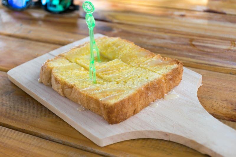 Pão do assado na placa de desbastamento imagens de stock