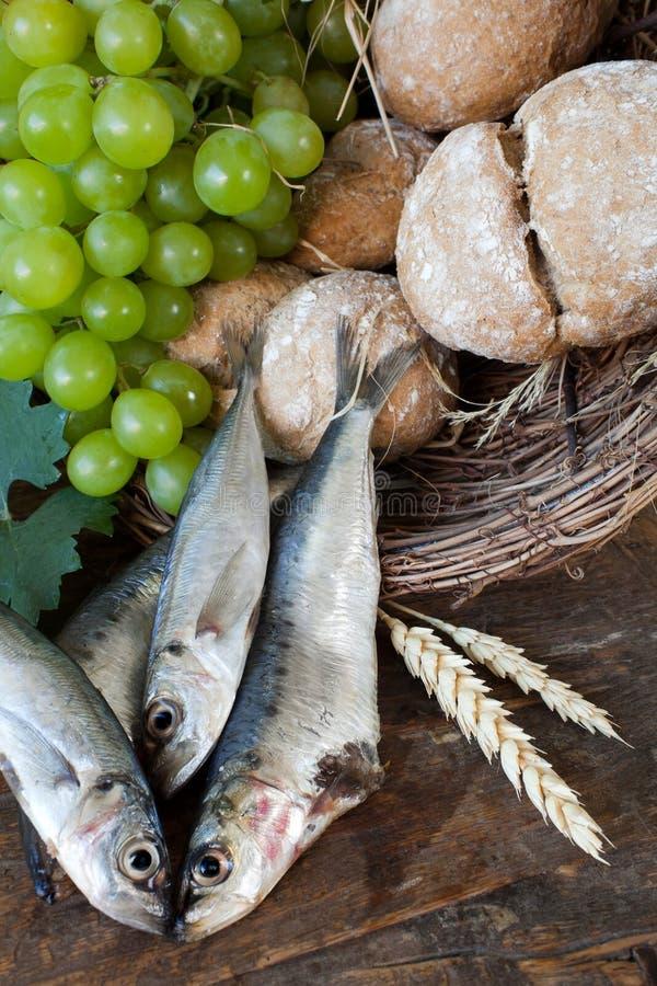 Pão do comunhão com peixes e uvas fotografia de stock royalty free