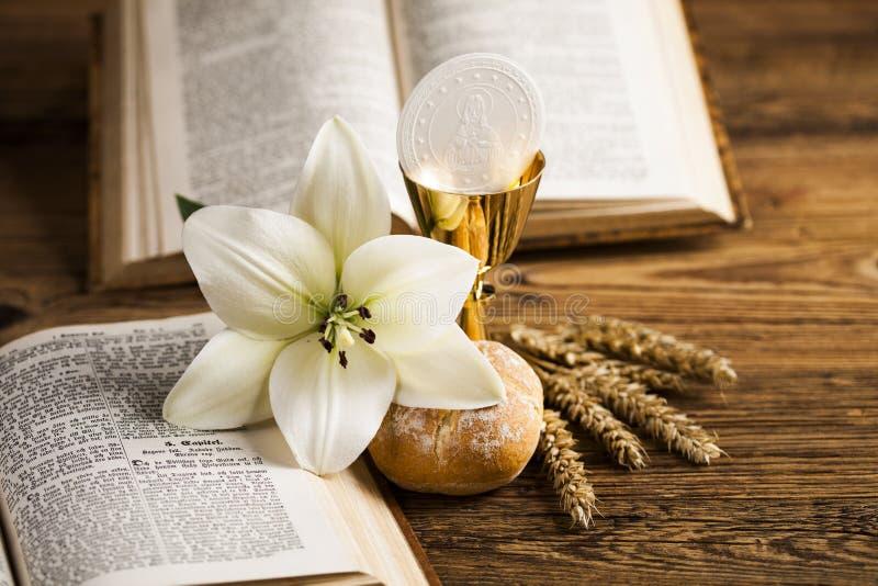Pão do comunhão santamente, vinho para a religião da cristandade fotos de stock