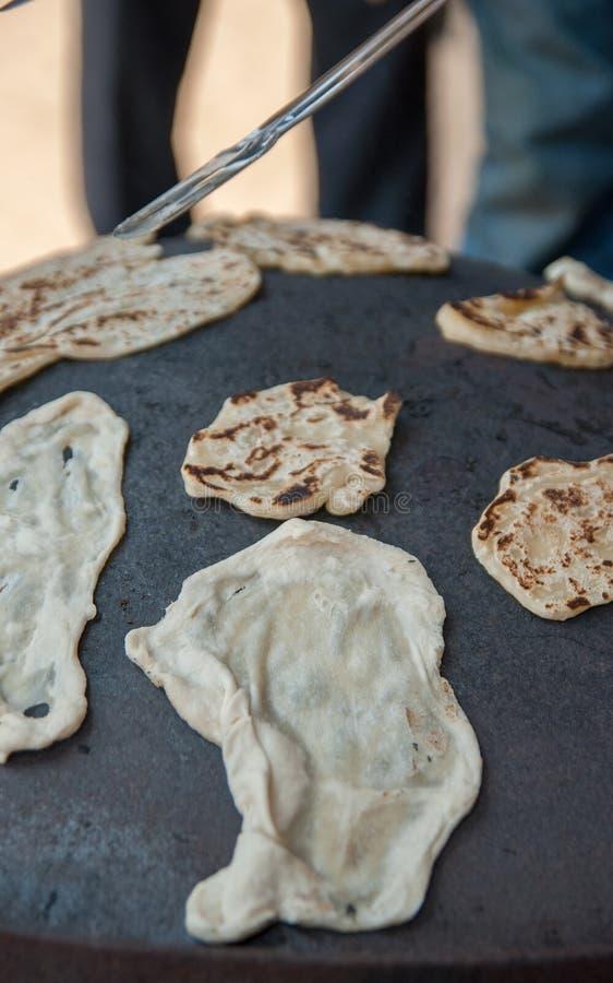 Pão do cozimento no forno árabe tradicional do ferro imagens de stock royalty free
