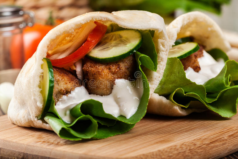 Download Pão Do Pão árabe Com Falafel E Os Legumes Frescos Imagem de Stock - Imagem de comer, orgânico: 65576265