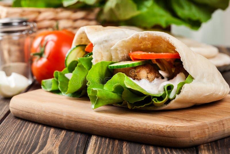 Download Pão Do Pão árabe Com Falafel E Os Legumes Frescos Imagem de Stock - Imagem de fresco, egipto: 65576339