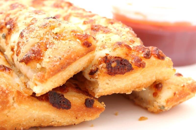 Pão do queijo e molho de Marinara foto de stock