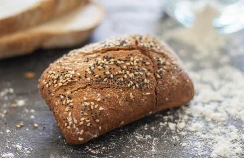 Pão do rolo com as sementes do sésamo e de papoila fotos de stock