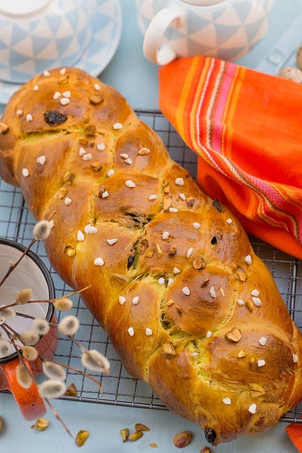 Pão doce búlgaro tradicional da Páscoa de Kozunak com porcas de pistache fotografia de stock