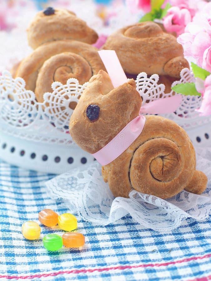Pão doce dado forma coelhinho da Páscoa Rolos de pão caseiro imagem de stock royalty free