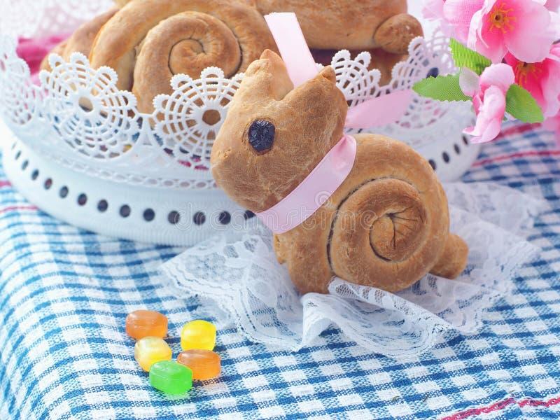 Pão doce dado forma coelhinho da Páscoa Rolos de pão caseiro Deleite da Páscoa imagem de stock