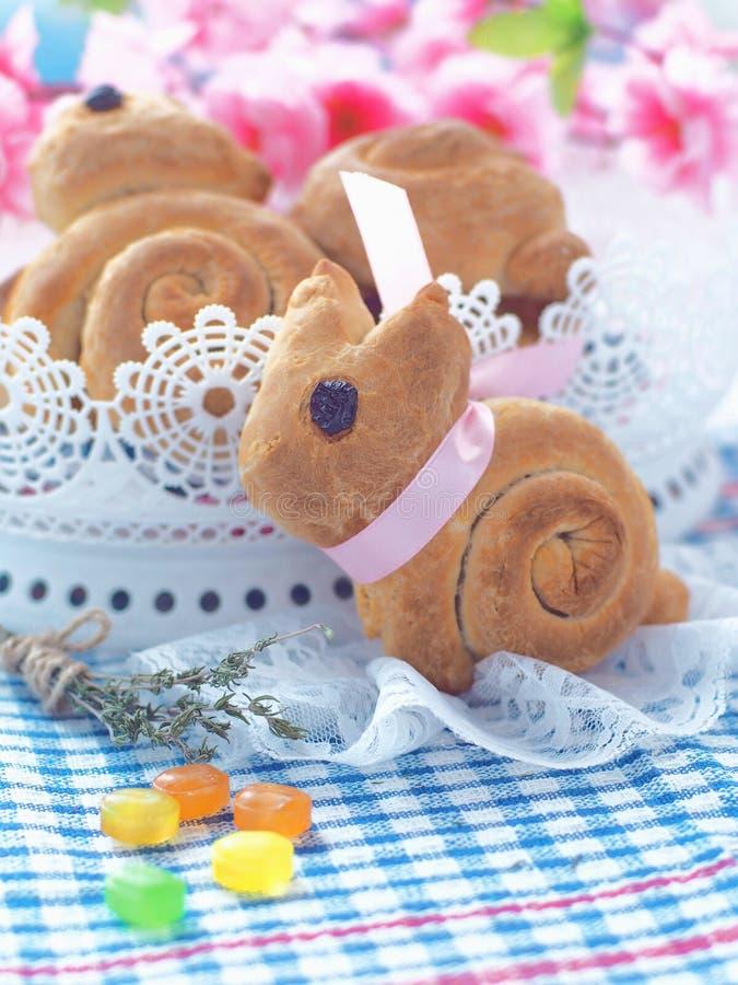 Pão doce dado forma coelhinho da Páscoa Rolos de pão caseiro Deleite da Páscoa fotos de stock