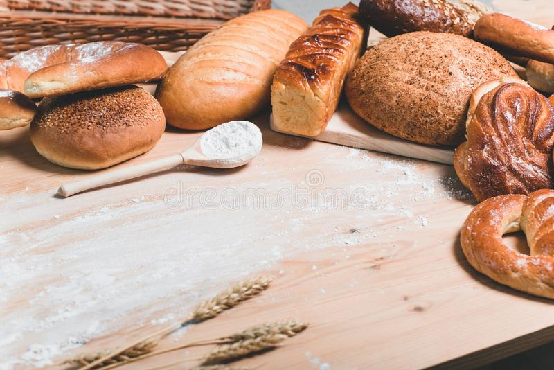 Pão e bolos no fundo de madeira foto de stock royalty free