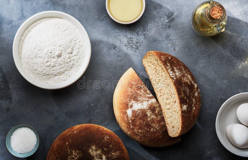 Pão e ingredientes recentemente cozidos para produtos da padaria imagens de stock