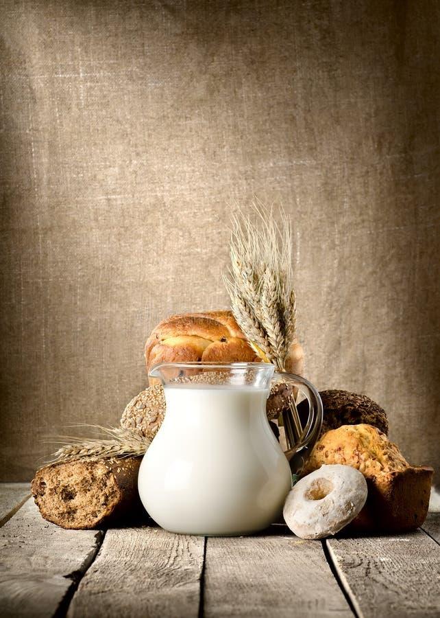 Pão e leite fotos de stock
