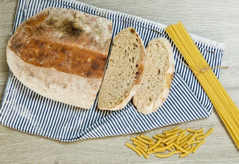 Pão e massa de Ciabatta em um fundo textured foto de stock royalty free