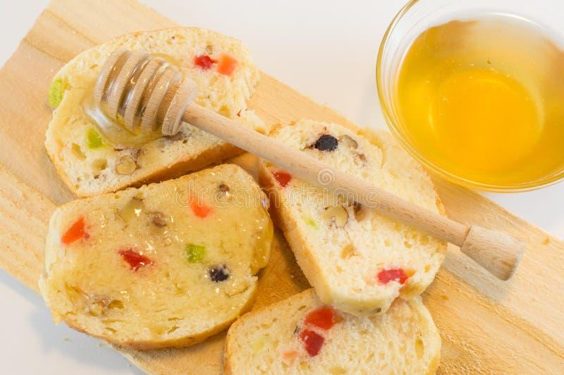 Pão e mel do fruto no branco foto de stock royalty free