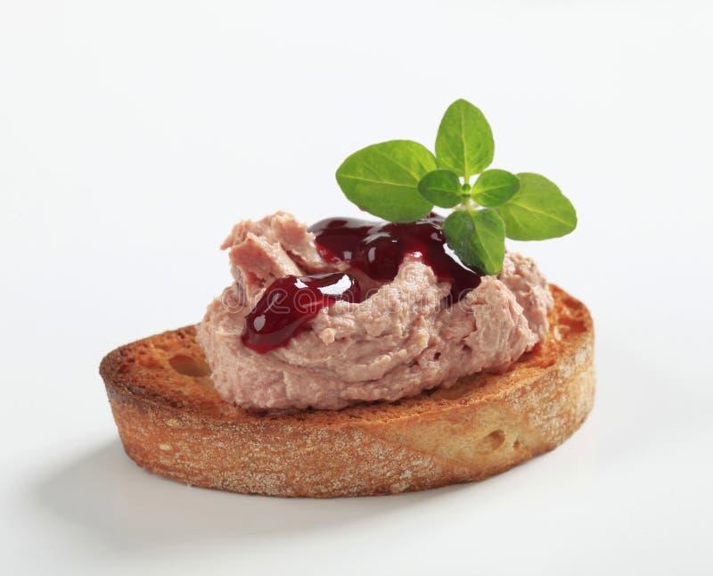 Pão e pasta brindados imagem de stock