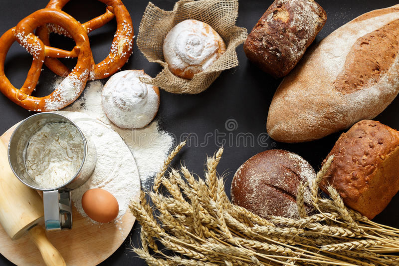 Pão e trigo home tradicionais foto de stock royalty free