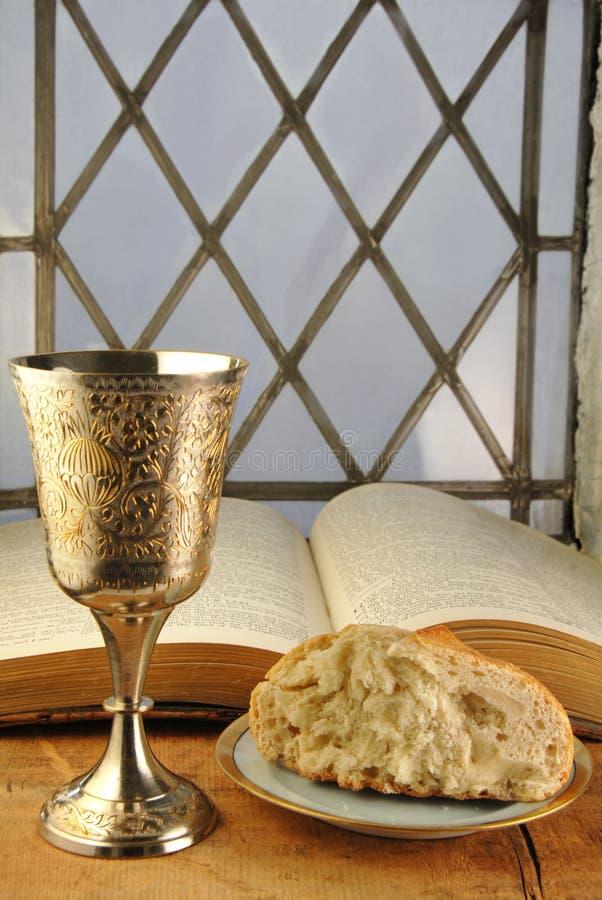 Pão e vinho do comunhão com a Bíblia foto de stock royalty free