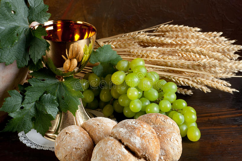 Pão e vinho para o comunhão foto de stock royalty free