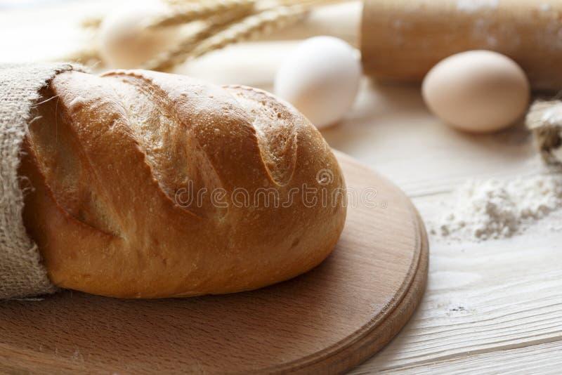 Pão em uma tabela de madeira branca fotos de stock