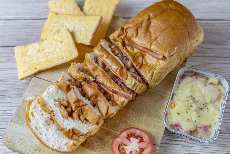 Pão enchido com presunto, salsicha fotografia de stock