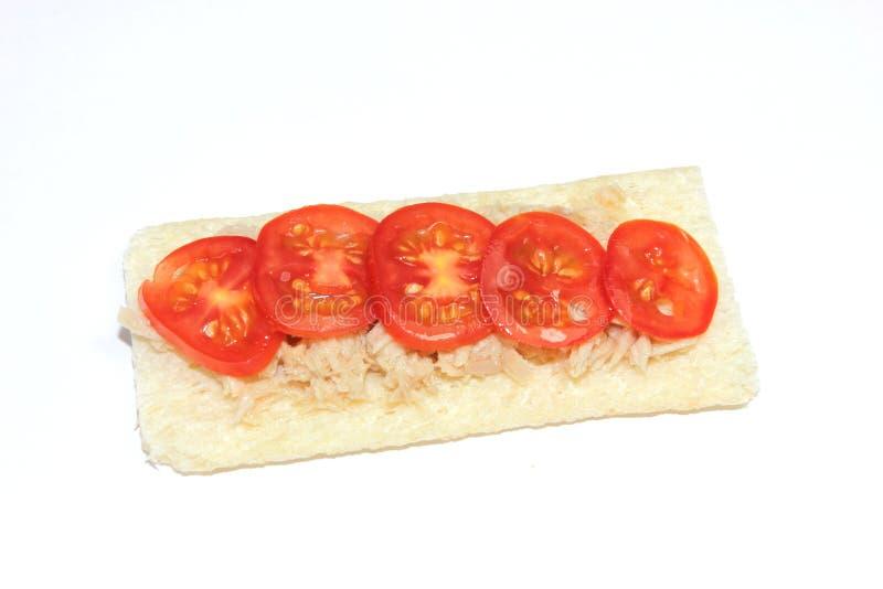 Pão estaladiço do atum e do tomate foto de stock royalty free