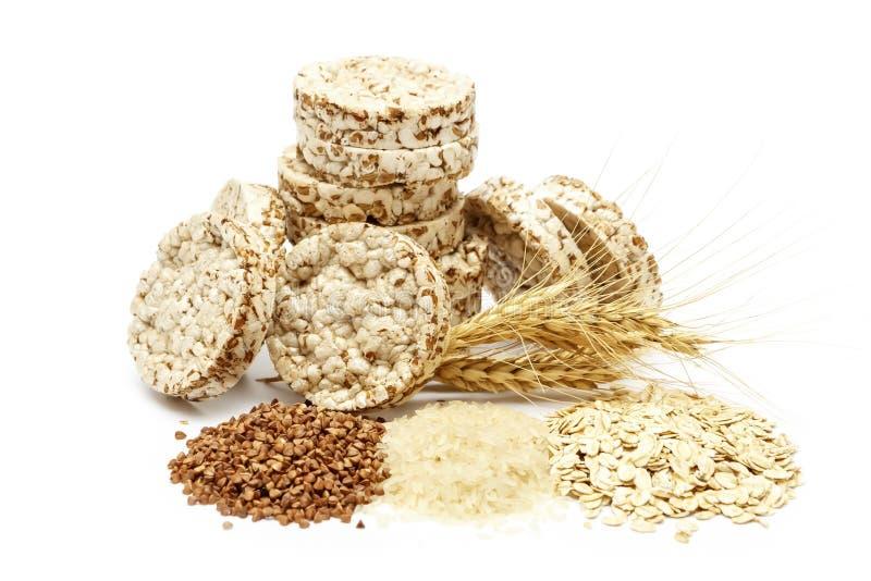 Pão estaladiço friável com o trigo mourisco, o arroz e a farinha de aveia isolados no fundo branco Pão dietético torrado da aptid imagem de stock