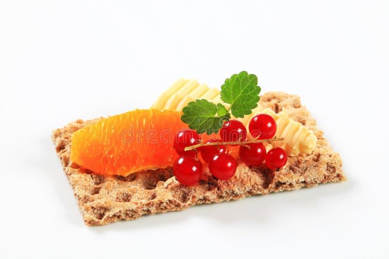 Pão estaladiço inteiro da grão com fruto fotografia de stock royalty free