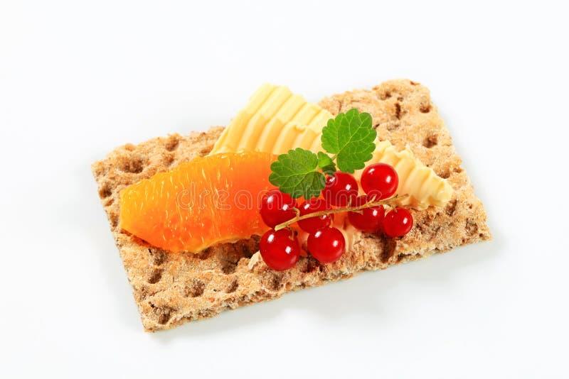 Pão estaladiço inteiro da grão com fruto fotografia de stock