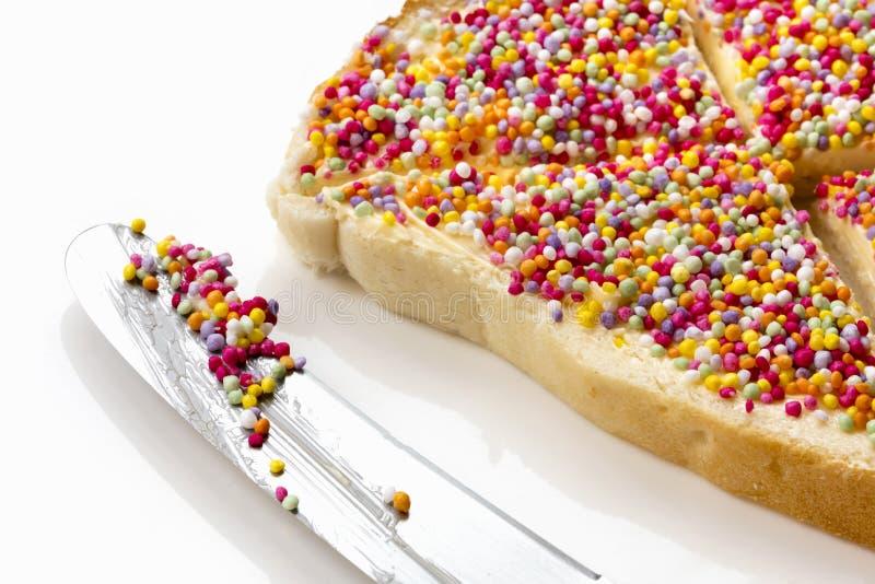 Pão feericamente com opinião lateral de faca de manteiga foto de stock royalty free