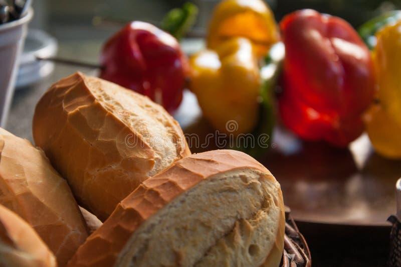 P?o franc?s ou p?o integral com pimenta de sino, abobrinha e os legumes frescos no espeto para grelhar fotos de stock