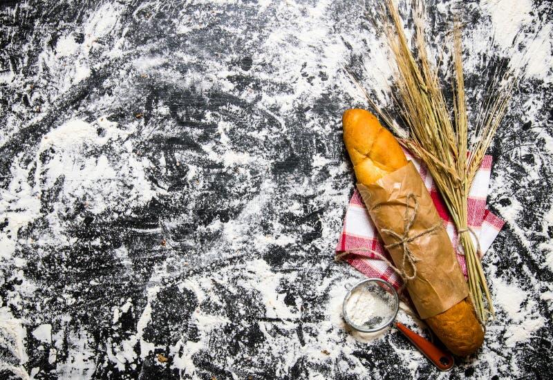 Pão fresco com as orelhas do trigo e da farinha imagens de stock