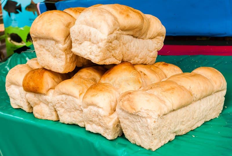 Pão fresco do cozimento, naco, lata do pão fotos de stock