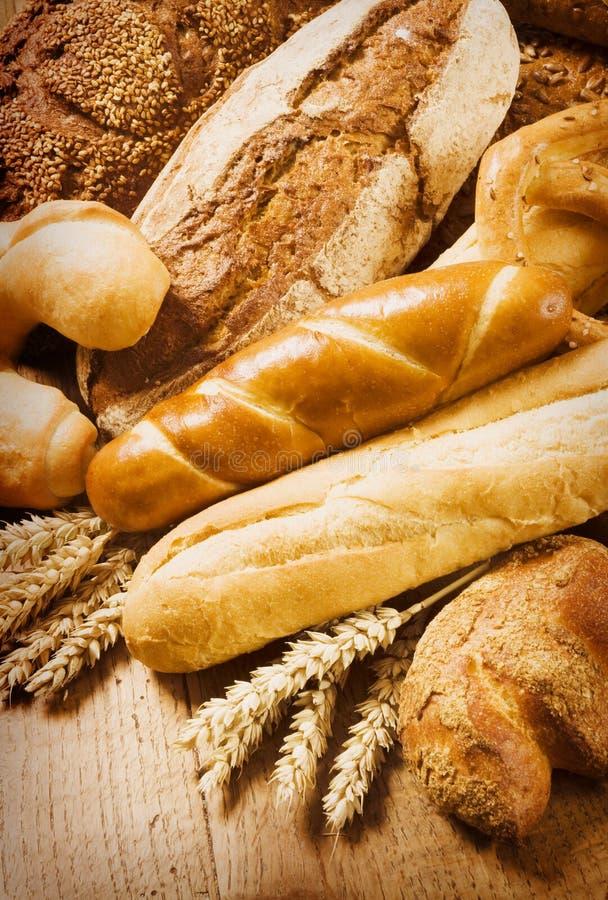 Pão fresco e rolos imagem de stock
