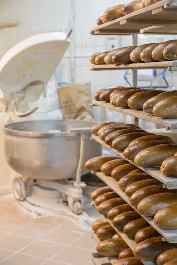 Pão fresco em uma padaria fotografia de stock