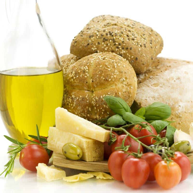 Pão fresco, ervas e vegetais foto de stock royalty free