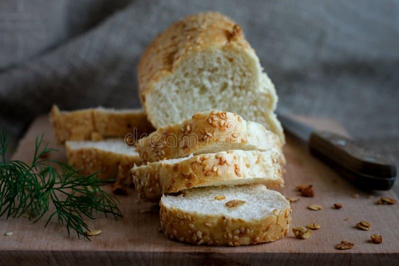 Pão fresco perfumado caseiro em uma placa fotografia de stock