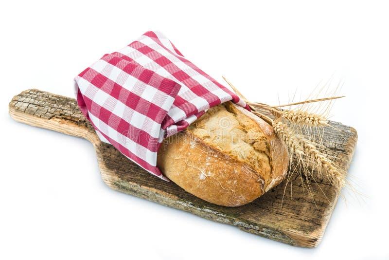 Pão integral em uma placa do cuttig imagens de stock