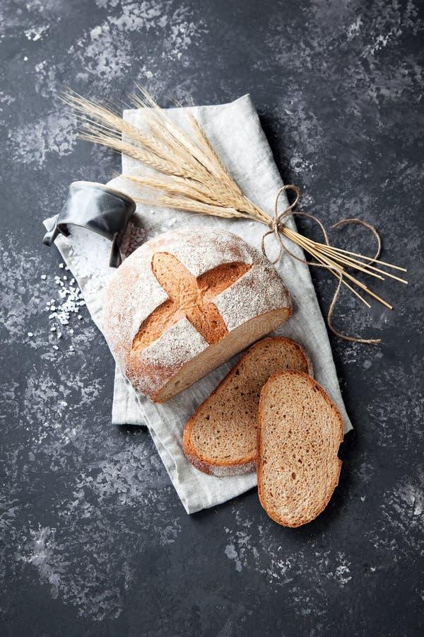 Pão integral inteiro caseiro em um fundo cinzento imagens de stock