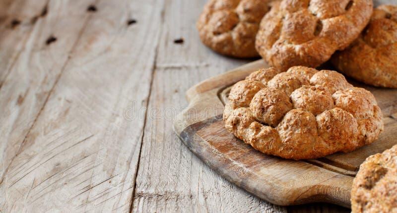 Pão integral inteiro em uma tabela de madeira fotografia de stock