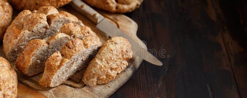 Pão integral inteiro em uma tabela de madeira fotos de stock royalty free