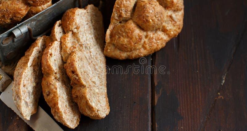 Pão integral inteiro em uma tabela de madeira imagens de stock royalty free