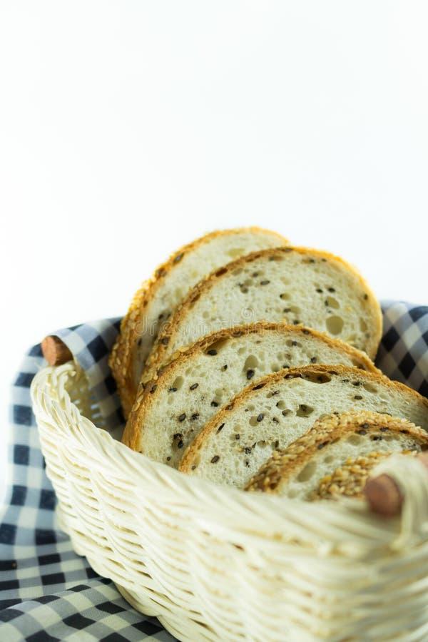 Pão inteiro da grão Corte em partes fotografia de stock royalty free
