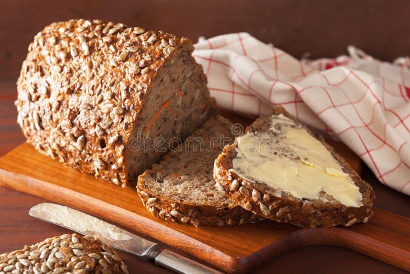 Pão inteiro saudável da grão com cenoura e sementes imagem de stock royalty free