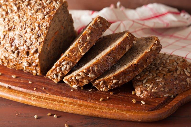 Pão inteiro saudável da grão com cenoura e sementes fotografia de stock