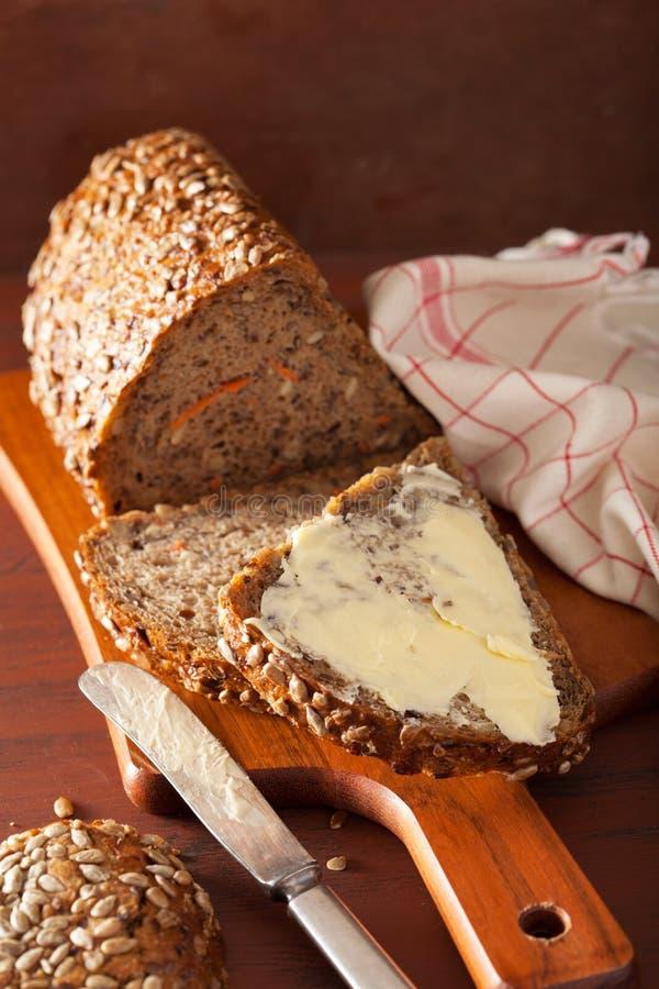 Pão inteiro saudável da grão com cenoura e sementes fotos de stock royalty free