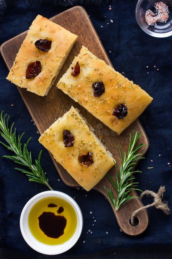 Pão italiano do focaccia com os tomates secados sol fotos de stock royalty free
