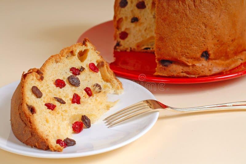 Pão italiano do Natal do Panettone com fundo tan fotografia de stock