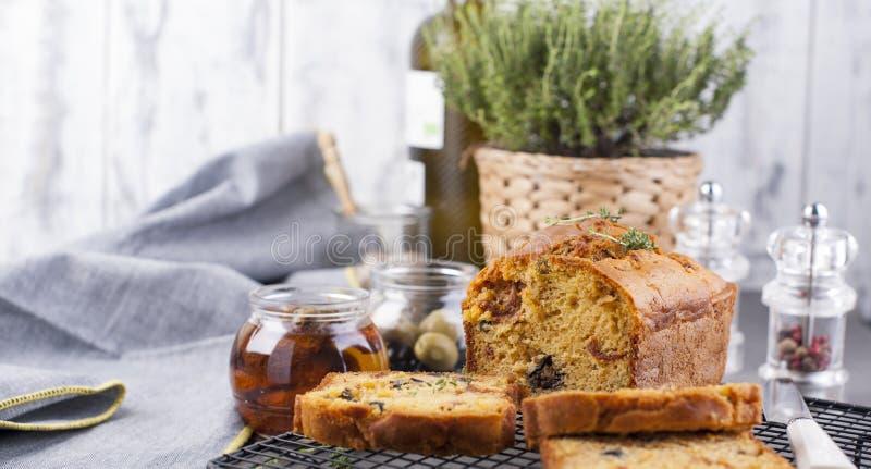Pão italiano tradicional com tomates e azeitonas secados Bolos caseiros para o almoço e o café da manhã e os ingredientes Espa?o  fotografia de stock royalty free