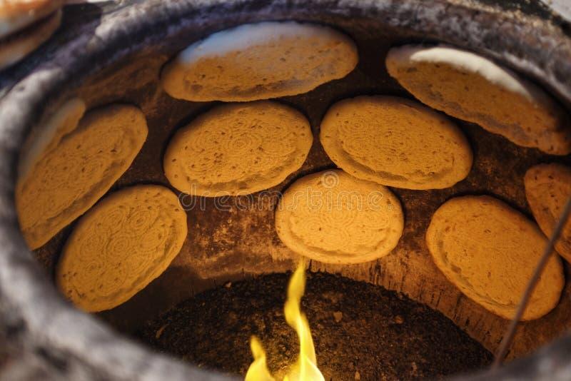 Pão liso no forno da argila foto de stock royalty free