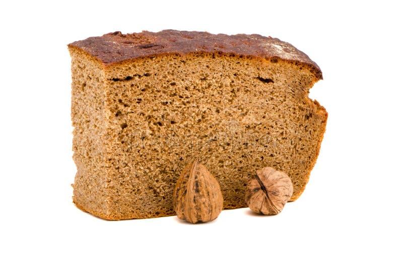 Pão marrom ecológico e nozes isolados no branco foto de stock
