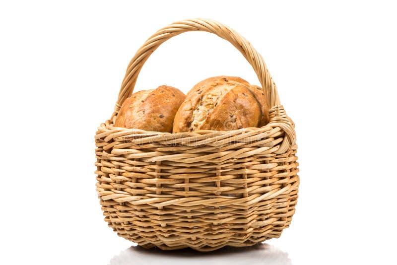 Pão na cesta de vime isolada no branco foto de stock
